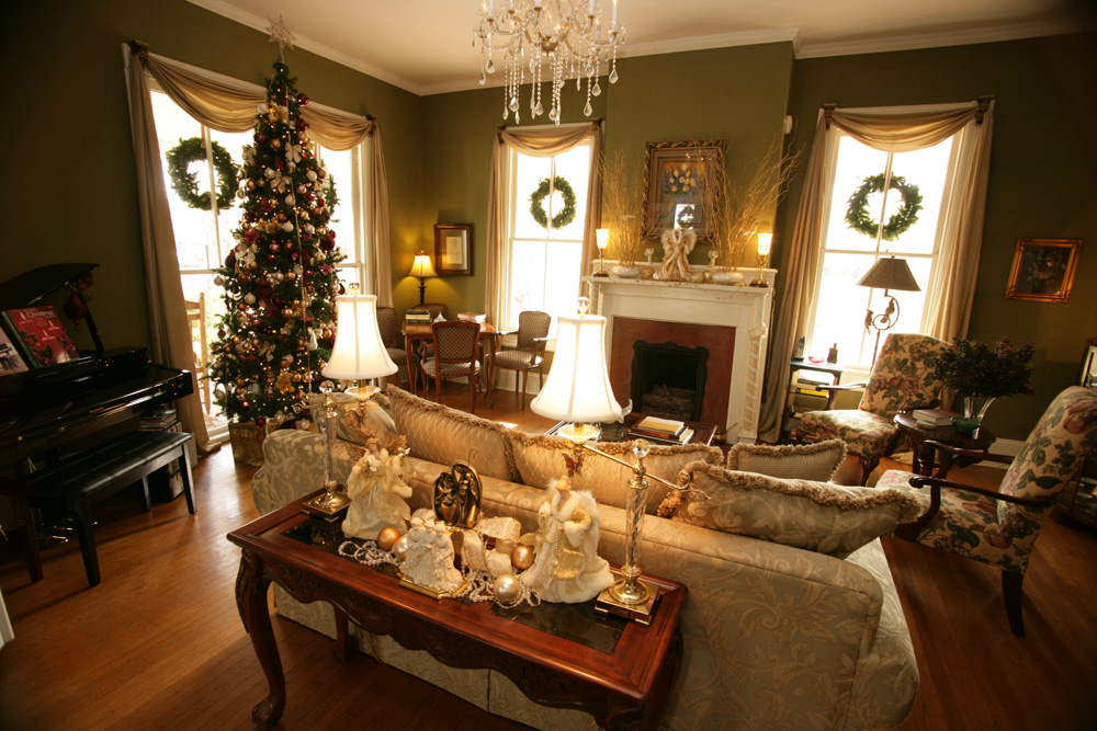 the antebellum inn in milledgeville features period style christmas decorations - Mansion Christmas Decorations