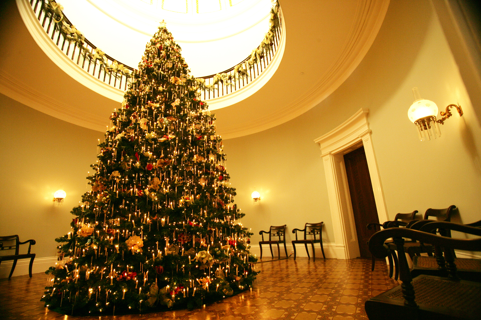 christmas tree at the old governors mansion photo courtesy milledgeville cvb