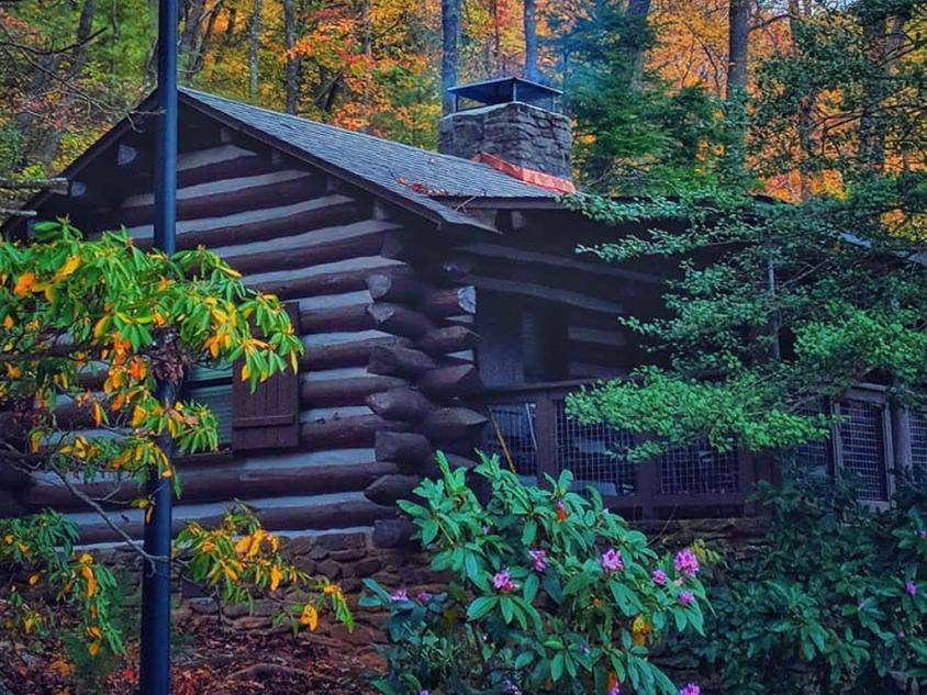Cabin at Vogel State Park in Blairsville, Georgia. Photo by @vikram_skhangarot