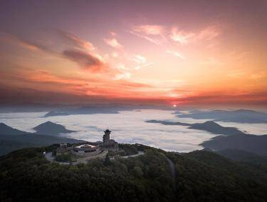Sunrise over Brasstown Bald in Hiawassee, Georgia. Photo by @chrisgreerphotography